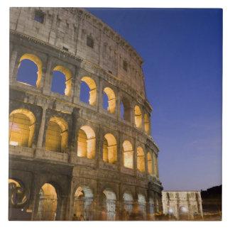 el ampitheatre de Colosseum iluminado en la noche Azulejo Cuadrado Grande