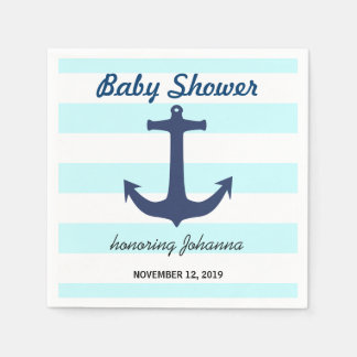 El ancla náutica de los azules marinos raya la servilleta de papel