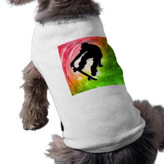 El andar en monopatín en un ciclón psicodélico playera sin mangas para perro