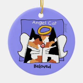 El ángel del gato de calicó personaliza adorno navideño redondo de cerámica