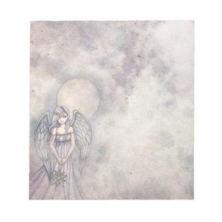 El ángel precioso del regalo con la libreta del or blocs de papel