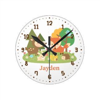 El animal lindo del arbolado del bosque embroma la reloj redondo mediano