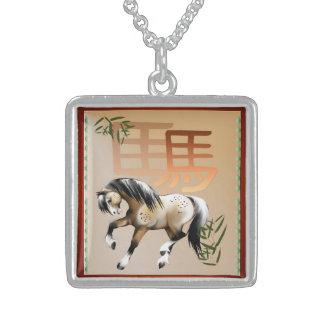 El año del caballo collar de plata de ley