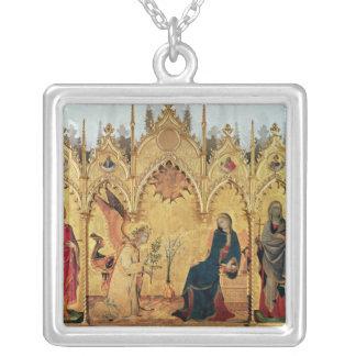El anuncio con St Margaret y el St. Colgante Cuadrado