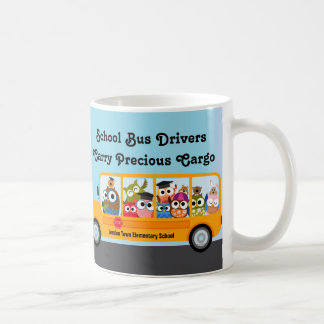 El aprecio lindo del conductor del autobús escolar taza de café
