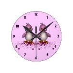 El aprendizaje de dos niños rosados de los patos reloj de pared