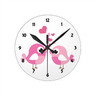 El aprendizaje de los niños rosados de los pájaros reloj de pared