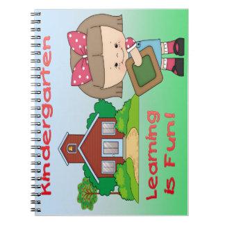 El aprendizaje del chica de la guardería es cuader libros de apuntes con espiral