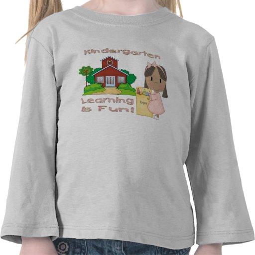 El aprendizaje étnico del chica de la guardería es camiseta