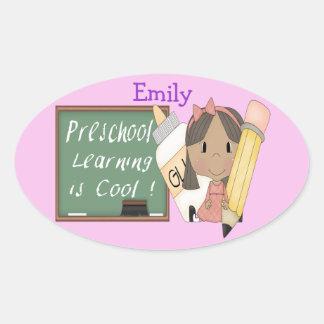 El aprendizaje étnico preescolar del chica es pegatina ovalada