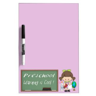 El aprendizaje preescolar del chica es fresco seca tableros blancos
