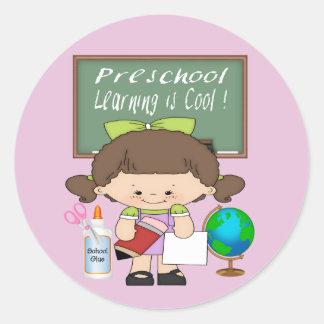 El aprendizaje preescolar del chica es pegatina