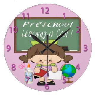 El aprendizaje preescolar del chica es reloj de pa