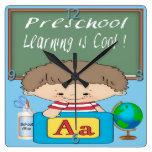 El aprendizaje preescolar del muchacho es reloj de