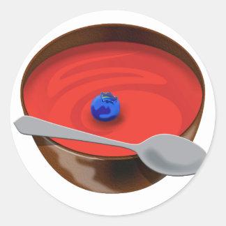 El arándano en un cuenco de sopa del tomate - pegatinas redondas