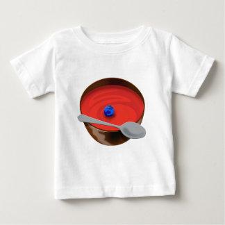 El arándano en un cuenco de sopa del tomate - tshirt