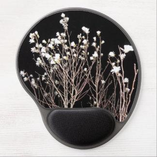 El árbol blanco y negro florece el cielo espeluzna alfombrilla de ratón con gel