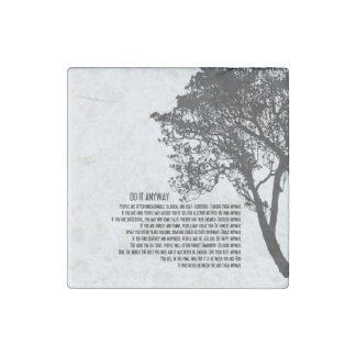 El árbol blanco y negro lo hace de todos modos imán de piedra