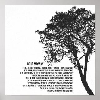 El árbol blanco y negro lo hace de todos modos póster