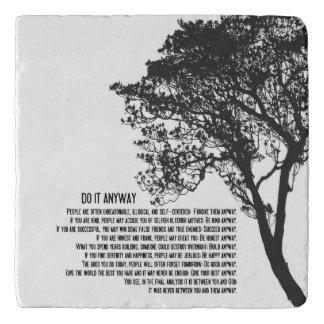 El árbol blanco y negro lo hace de todos modos salvamanteles