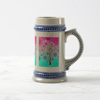 El árbol colorido enrrollado de la voluta circunda jarra de cerveza