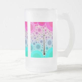 El árbol colorido enrrollado de la voluta circunda taza de cristal