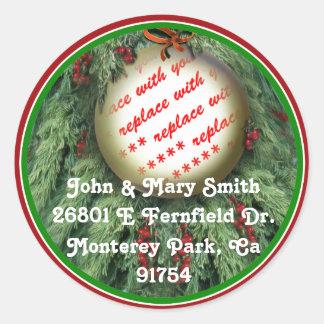 El árbol de navidad adorna el marco de la foto pegatina redonda