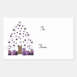 El árbol de navidad con púrpura presenta la pegatina rectangular