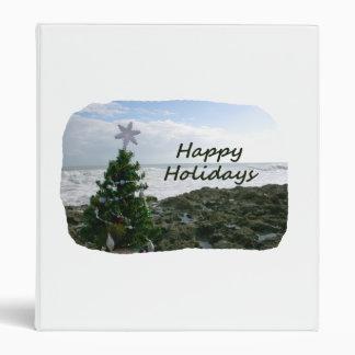 El árbol de navidad contra la playa oscila buenas