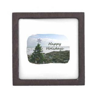 El árbol de navidad contra la playa oscila buenas  caja de recuerdo de calidad