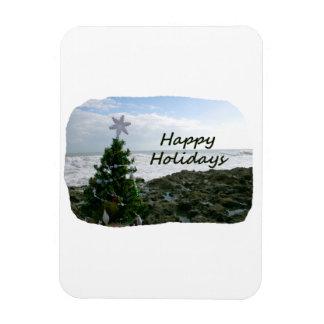 El árbol de navidad contra la playa oscila buenas  imán rectangular