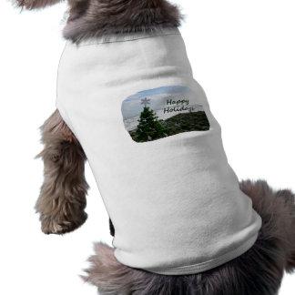 El árbol de navidad contra la playa oscila buenas  ropa de perros