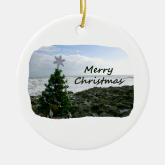 El árbol de navidad contra la playa oscila Felices Adorno Redondo De Cerámica