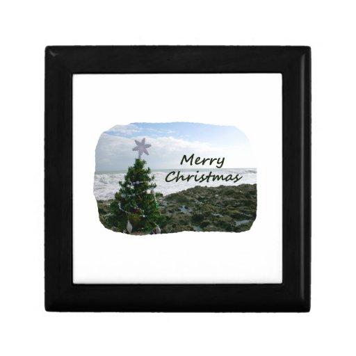 El árbol de navidad contra la playa oscila Felices Joyero Cuadrado Pequeño