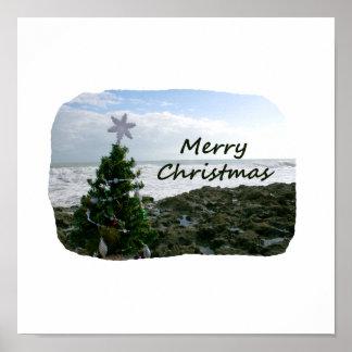 El árbol de navidad contra la playa oscila Felices Impresiones