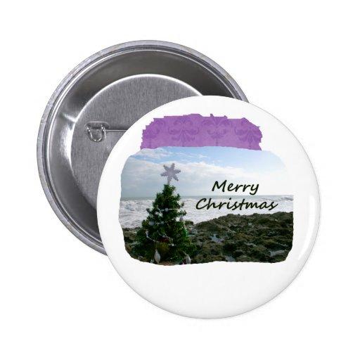 El árbol de navidad contra la playa oscila Felices Pins