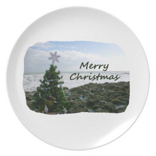 El árbol de navidad contra la playa oscila Felices Plato De Comida