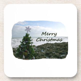 El árbol de navidad contra la playa oscila Felices Posavasos De Bebidas