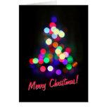 El árbol de navidad enciende la tarjeta de felicit