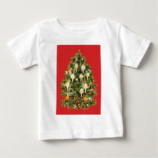 El árbol de navidad iluminado por velas adorna la remeras