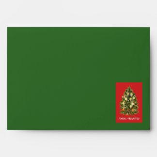 El árbol de navidad iluminado por velas adorna la sobres