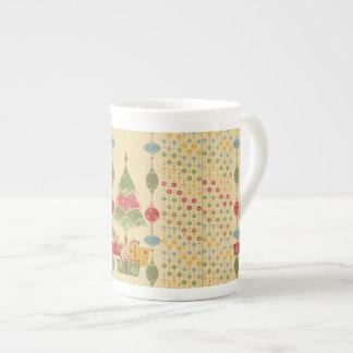 El árbol de navidad lindo del día de fiesta adorna tazas de porcelana