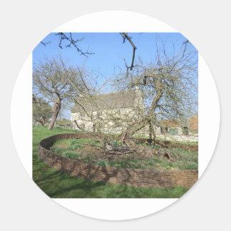 El árbol de Newton en el señorío de Woolthorpe Pegatina Redonda