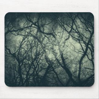 El árbol desnudo melancólico del invierno remata s tapete de ratón
