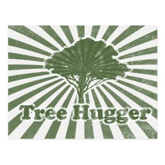 El árbol Hugger piensa verde Tarjeta Postal