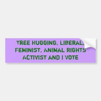 El árbol que abraza al activista y yo votamos al p etiqueta de parachoque