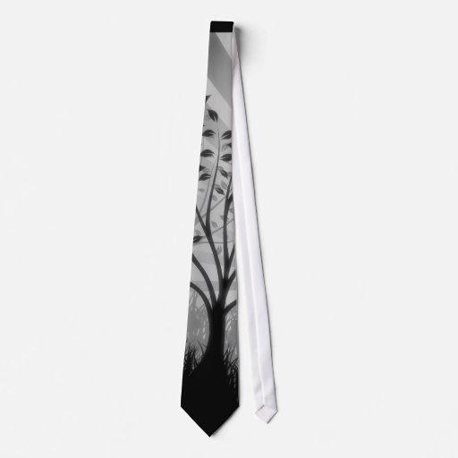 El árbol sale de la silueta y del resplandor solar corbata