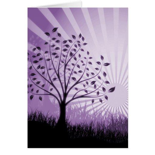 El árbol sale de la silueta y del resplandor solar tarjeta de felicitación