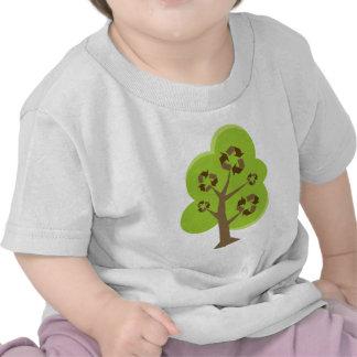 El árbol verde recicla camisetas