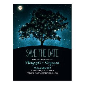 El árbol y la cadena rústicos de luces ahorran la tarjeta postal